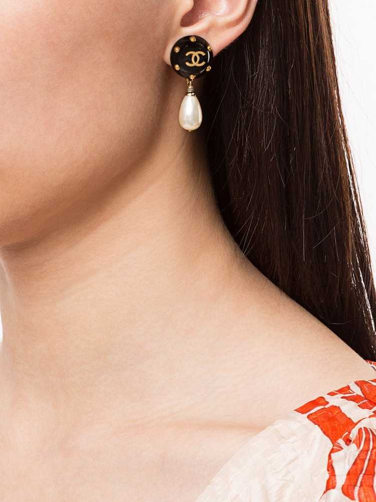 Chanel Pre-Owned 1996 CC pearl-embellished earrin… - image 2